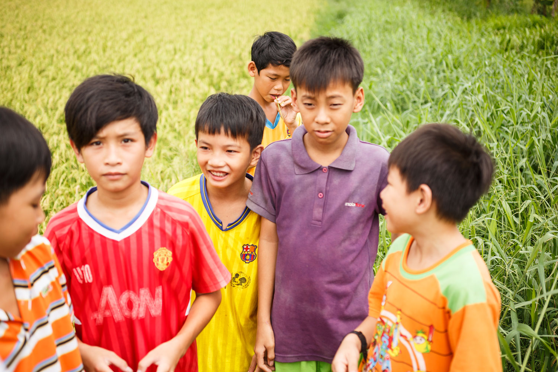 eine gruppe von kindern von reisbauern