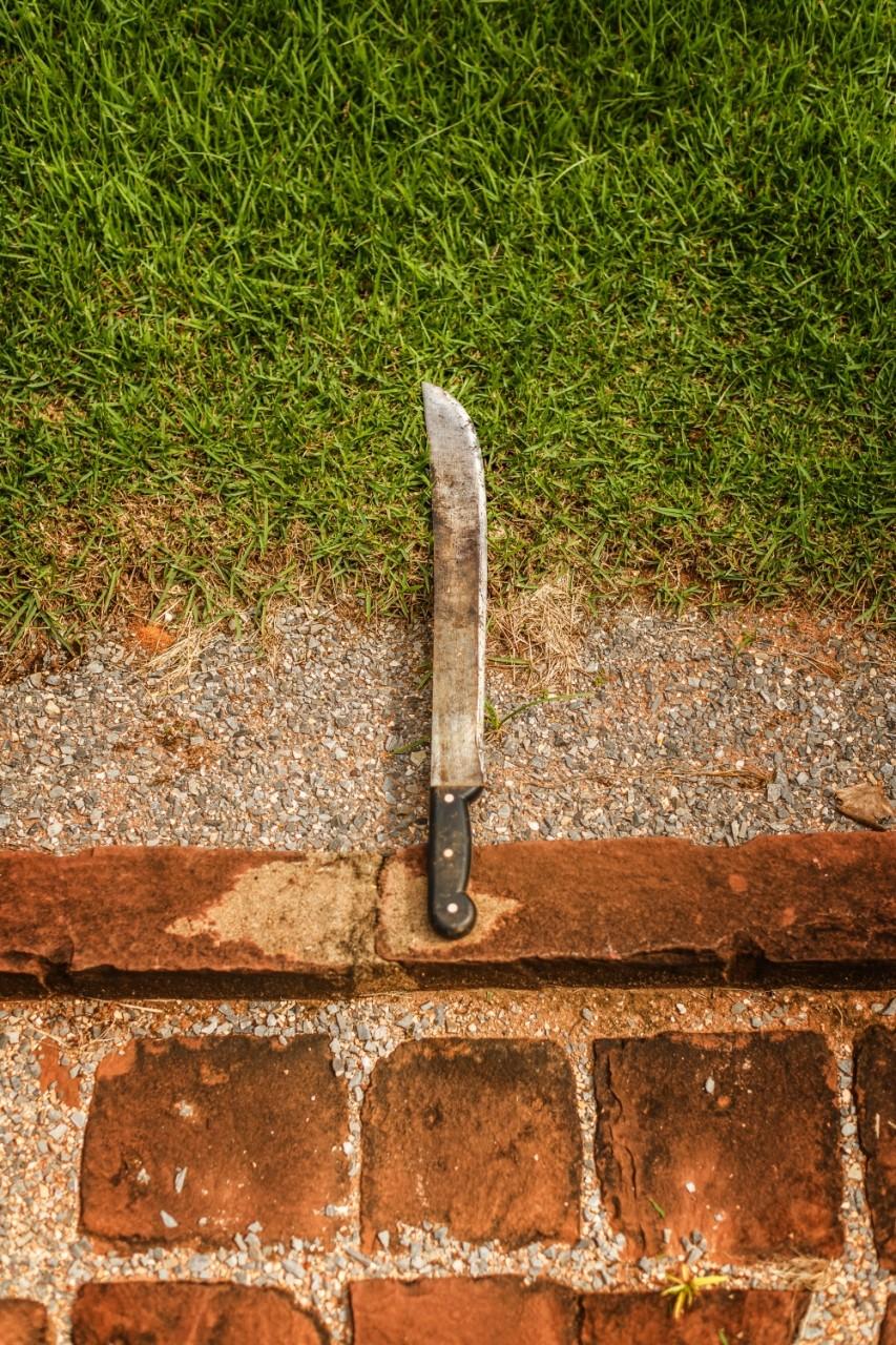 Fotografie eines Messers auf dem Boden.