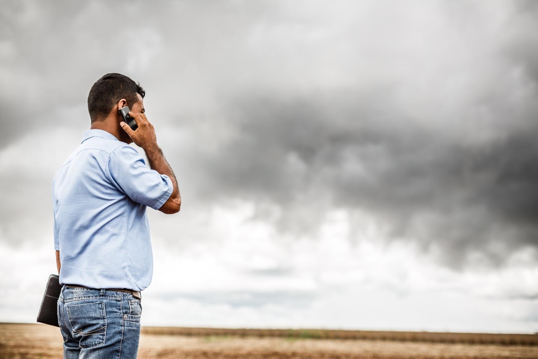 Mann am telefonieren mit schönen Hintergrund.