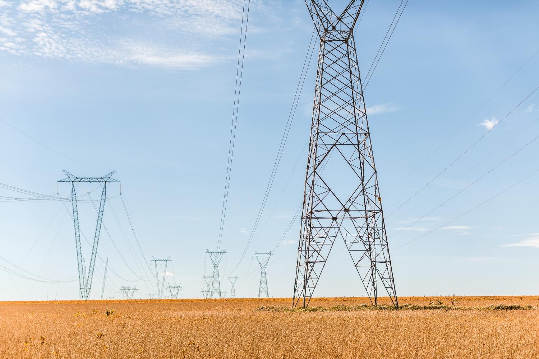 Stromleitung in der brasilianischen Tundra.