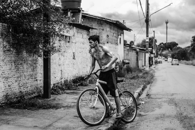 Ein dürrer Mann auf einem Fahrrad.